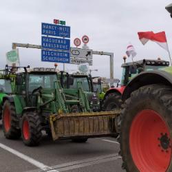 AGRICULTEURS   Sur le barrage de l'A35 &agrave Cronenbourg, les agriculteurs sont inquiets